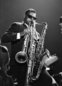 Rassan Roland Kirk playing simultaneously a tenor sax, a stritch and manzello.